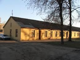 Деревянный барак, в комнатах которого располагалась начальная школа.